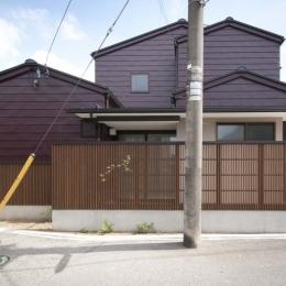 石引の家|築30年の住宅をガルバリウムで軽量化 (ガルバリウム一文字葺きの外壁と木格子でリノベーション)