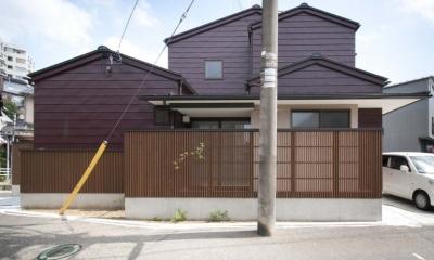 石引の家 築30年の住宅をガルバリウムで軽量化 (ガルバリウム一文字葺きの外壁と木格子でリノベーション)