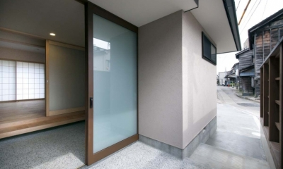 石引の家|築30年の住宅をガルバリウムで軽量化 (庇の下のアプローチ)