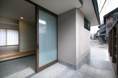 庇の下のアプローチ (石引の家|築30年の住宅をガルバリウムで軽量化)