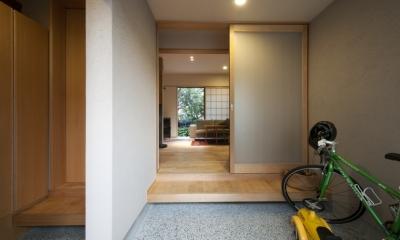玄関からリビングを通して裏庭が見えます|石引の家|築30年の住宅をガルバリウムで軽量化