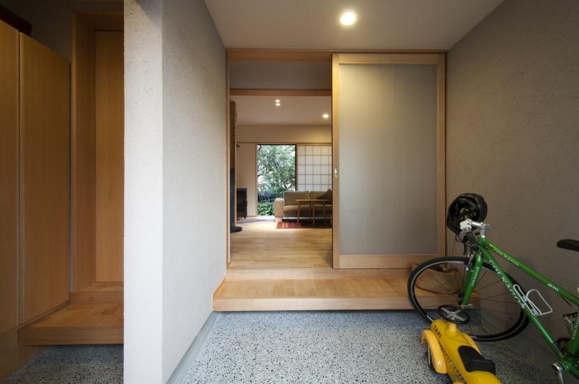 石引の家|築30年の住宅をガルバリウムで軽量化 (玄関からリビングを通して裏庭が見えます)