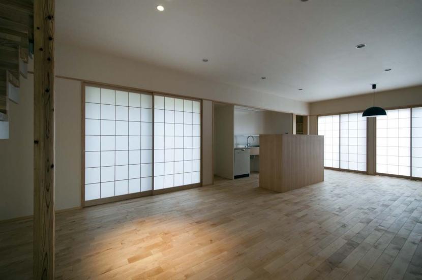 石引の家|築30年の住宅をガルバリウムで軽量化 (障子の光に包まれたリビング・ダイニング)