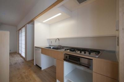石引の家|築30年の住宅をガルバリウムで軽量化 (壁に組み込んだキッチン)