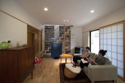 北欧スタイルの家具でまとめたリビング (石引の家|築30年の住宅をガルバリウムで軽量化)
