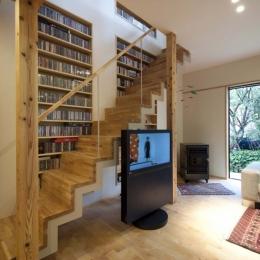 階段に沿って大容量のCD収納 (石引の家|築30年の住宅をガルバリウムで軽量化)
