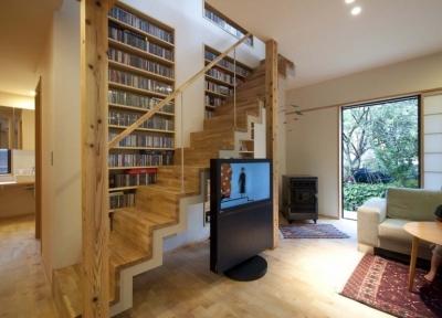 石引の家|築30年の住宅をガルバリウムで軽量化 (階段に沿って大容量のCD収納)