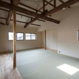 畳敷きの2階フリースペース (石引の家|築30年の住宅をガルバリウムで軽量化)