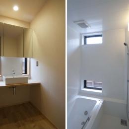 石引の家|築30年の住宅をガルバリウムで軽量化 (洗面コーナー・浴室)