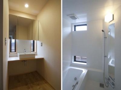 洗面コーナー・浴室 (石引の家|築30年の住宅をガルバリウムで軽量化)