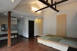 代田の家改修ー築60年の住宅を二世帯へスケルトンリフォーム (屋根組を生かしたリビング)