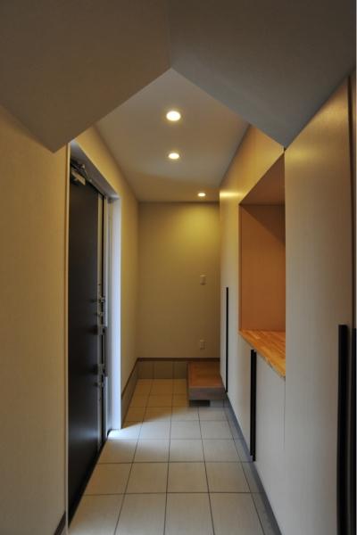 二世帯住宅の玄関 (代田の家改修ー築60年の住宅を二世帯へスケルトンリフォーム)