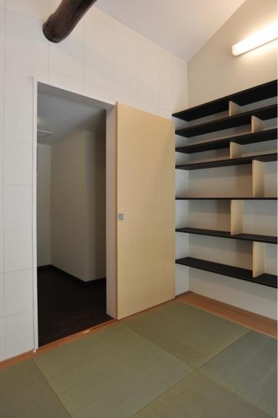 リビングから使える納戸 (代田の家改修ー築60年の住宅を二世帯へスケルトンリフォーム)