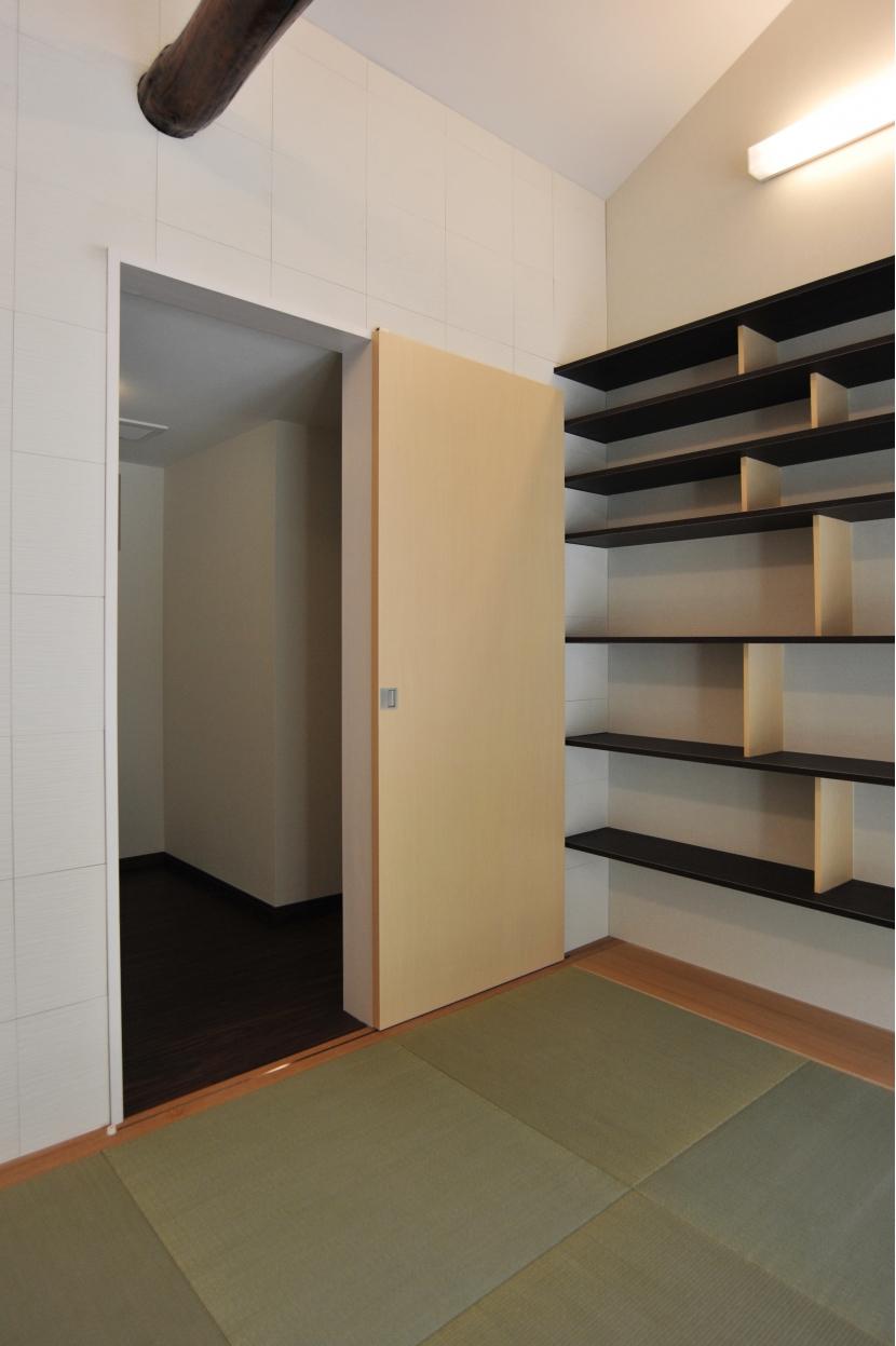 代田の家改修ー築60年の住宅を二世帯へスケルトンリフォームの写真 リビングから使える納戸