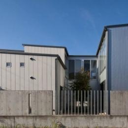 久安の家|プライベートな外部空間を持つ家 (中庭を取り囲む外観)