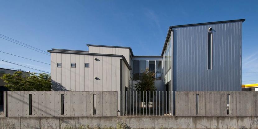 久安の家|プライベートな外部空間を持つ家の写真 中庭を取り囲む外観