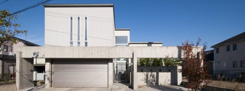 久安の家|プライベートな外部空間を持つ家の写真 コンクリート打放の隙間を通ってアプローチ