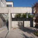 久安の家 プライベートな外部空間を持つ家の写真 前庭