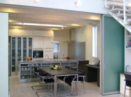 久安の家|プライベートな外部空間を持つ家 (キッチン)