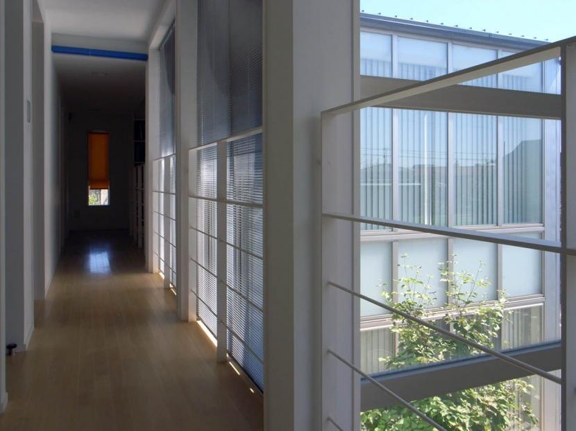 久安の家|プライベートな外部空間を持つ家の写真 廊下