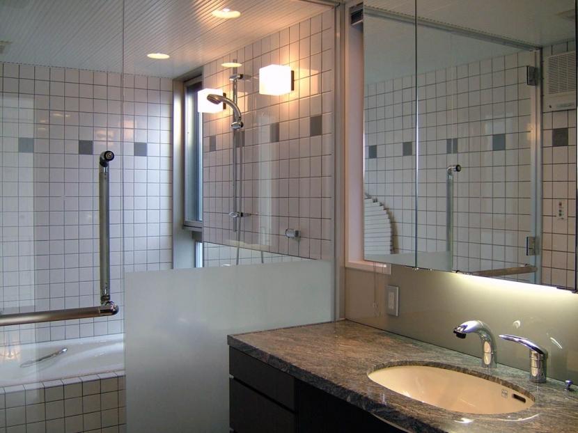 久安の家|プライベートな外部空間を持つ家の写真 浴室