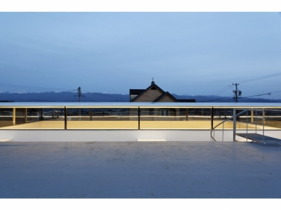 SI-house_薄い屋根と水盤と一体になる家 (Night view)