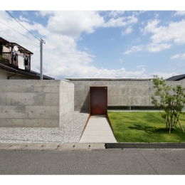 SI-house_薄い屋根と水盤と一体になる家 (Facade)
