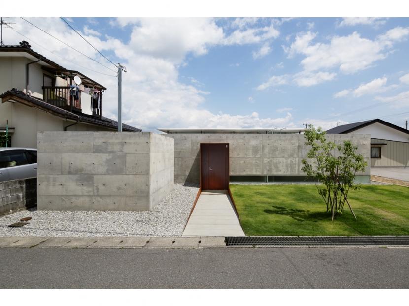 SI-house_薄い屋根と水盤と一体になる家の部屋 外観