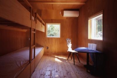 ゲストルーム (海を望む通り土間の別荘)