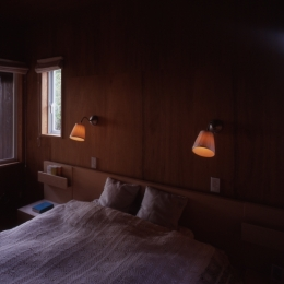 寝室 (海を望む通り土間の別荘)
