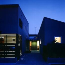 庭を挟んだ分棟型の2世帯住宅 (夕景)
