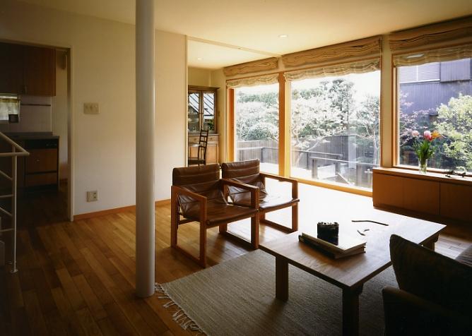 庭を挟んだ分棟型の2世帯住宅の部屋 子世帯リビング