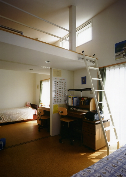 庭を挟んだ分棟型の2世帯住宅の部屋 子ども部屋