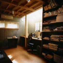 庭を挟んだ分棟型の2世帯住宅 (半地下の書斎)