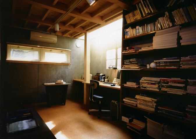 庭を挟んだ分棟型の2世帯住宅の部屋 半地下の書斎