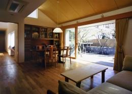 庭を挟んだ分棟型の2世帯住宅 (親世帯ダイニング)