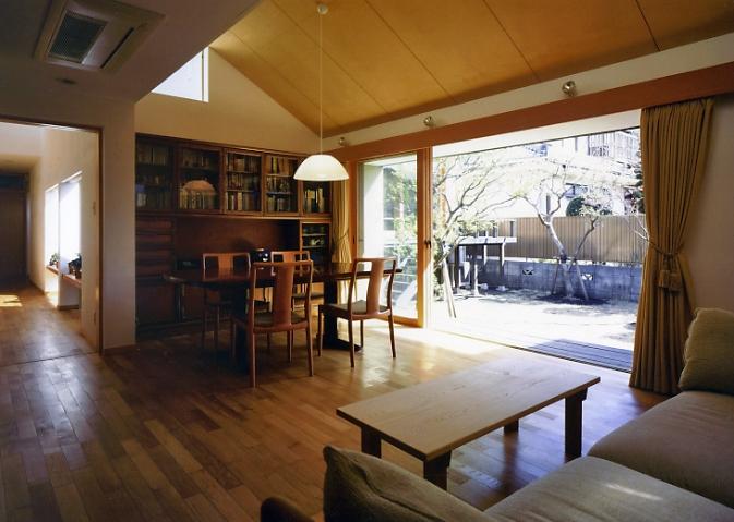 庭を挟んだ分棟型の2世帯住宅の部屋 親世帯ダイニング