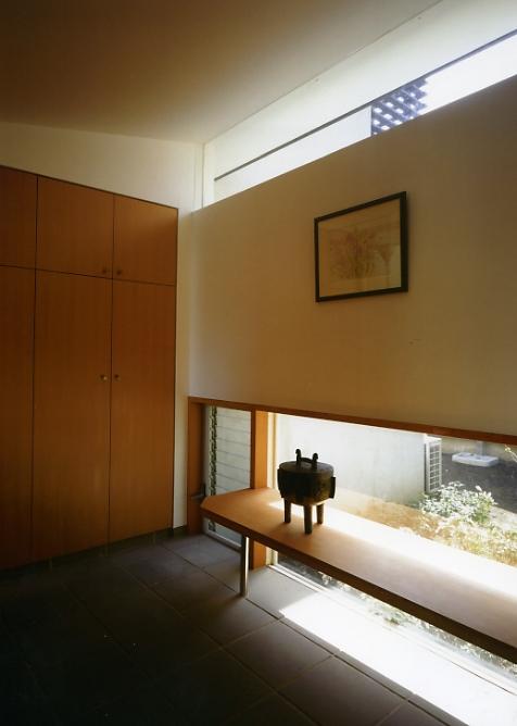 庭を挟んだ分棟型の2世帯住宅の部屋 親世帯玄関
