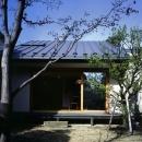庭を挟んだ分棟型の2世帯住宅
