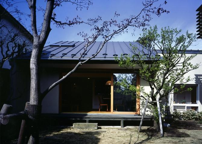 庭を挟んだ分棟型の2世帯住宅の部屋 庭からの外観