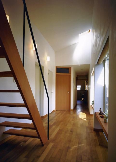 庭を挟んだ分棟型の2世帯住宅の部屋 親世帯廊下