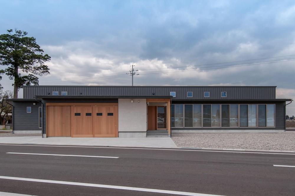 南砺市の家|砺波平野に建つ夫婦二人のための平屋住宅 (東西に長い平屋建ての外観)