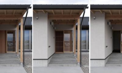 南砺市の家|砺波平野に建つ夫婦二人のための平屋住宅 (格子網戸を組み込んだ玄関)