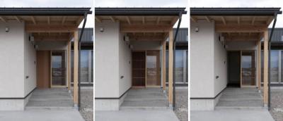 格子網戸を組み込んだ玄関 (南砺市の家|砺波平野に建つ夫婦二人のための平屋住宅)