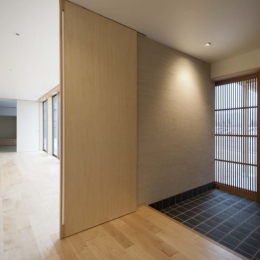 南砺市の家|砺波平野に建つ夫婦二人のための平屋住宅 (広縁につながる玄関ホール)