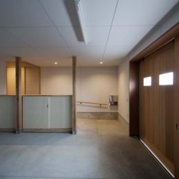 南砺市の家|砺波平野に建つ夫婦二人のための平屋住宅 (内玄関につながるガレージ)