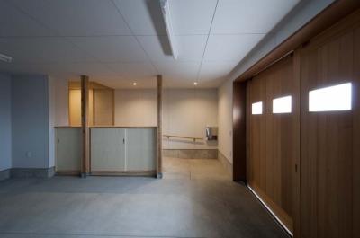 内玄関につながるガレージ (南砺市の家|砺波平野に建つ夫婦二人のための平屋住宅)