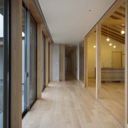 南砺市の家|砺波平野に建つ夫婦二人のための平屋住宅 (リビングと一体となる広縁)