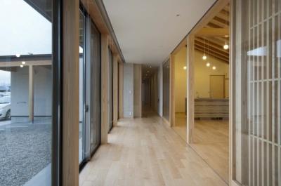 リビングと一体となる広縁 (南砺市の家|砺波平野に建つ夫婦二人のための平屋住宅)