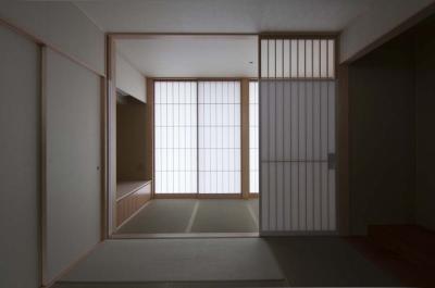 たたみ廊下とつながる和室 (南砺市の家|砺波平野に建つ夫婦二人のための平屋住宅)